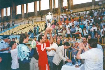 H «Koζάνη» έφερε το Κύπελλο Ελλάδος ερασιτεχνών 1993 από το γήπεδο Χαριλάου στο ιστορικό… «καμπαναριό»!…