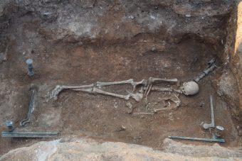 Μοναδική κλίνη 2.100 ετών και μια πλούσια νεκρή με αινιγματική ταυτότητα στη Μαυροπηγή Εορδαίας